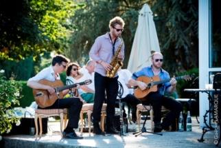 Groupe de jazz manouche avec saxophoniste